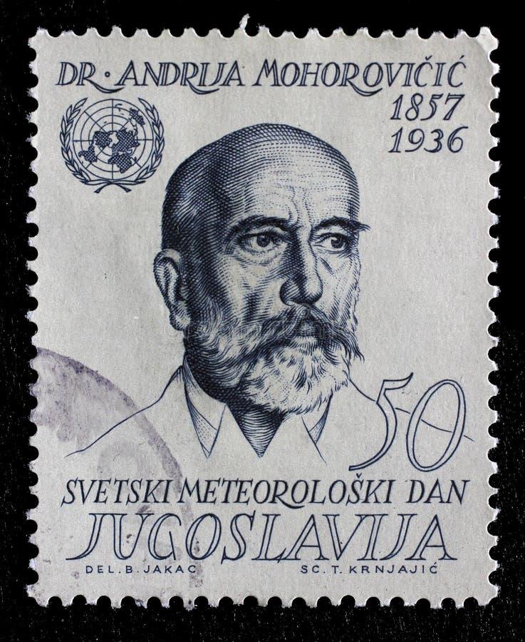 Stämpeln som skrivs ut i Jugoslavien, visar Andrija Mohorovicic royaltyfri fotografi