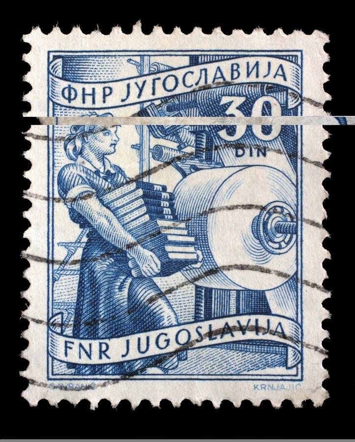 Stämpeln som skrivs ut i Jugoslavien, visar kvinnan med böcker, i att publicera arkivfoto
