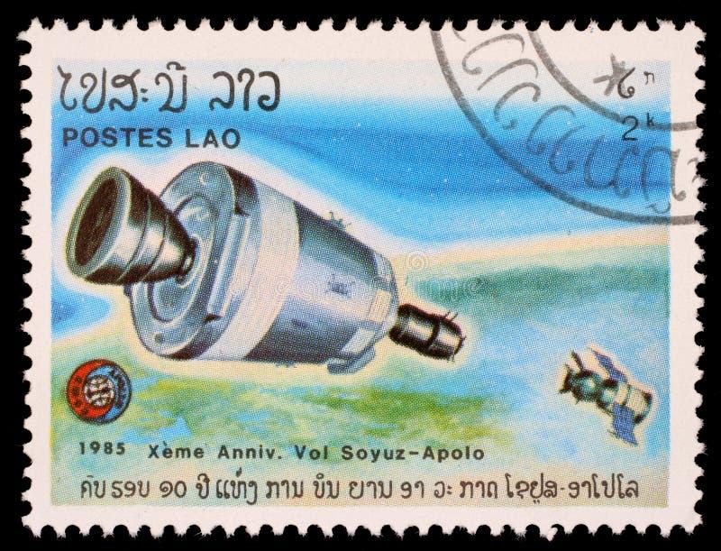 Stämpeln som skrivs ut i Laos, visar experimentellt flyg av Soyuz och Apollo royaltyfri bild
