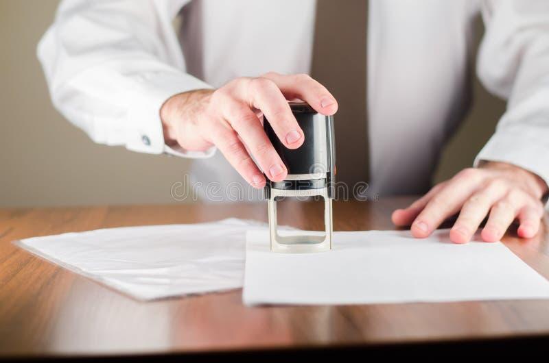 Stämpla en skyddsremsa på tabellen royaltyfria foton