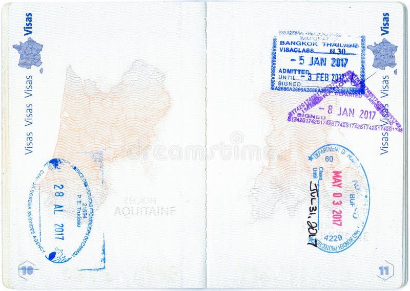 Stämplar av Kanada, Förenta staterna och Thailand i ett franskt pass royaltyfria bilder