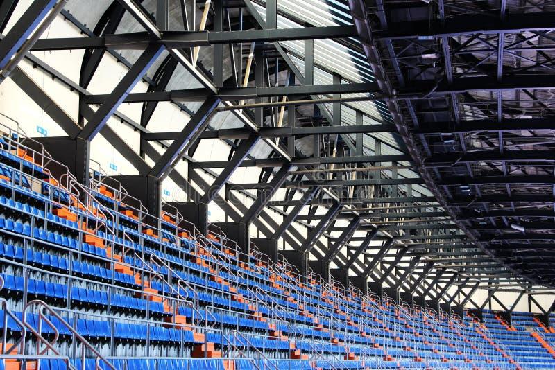 Stände und Dach eines Stadions, Perspektive stockfotografie