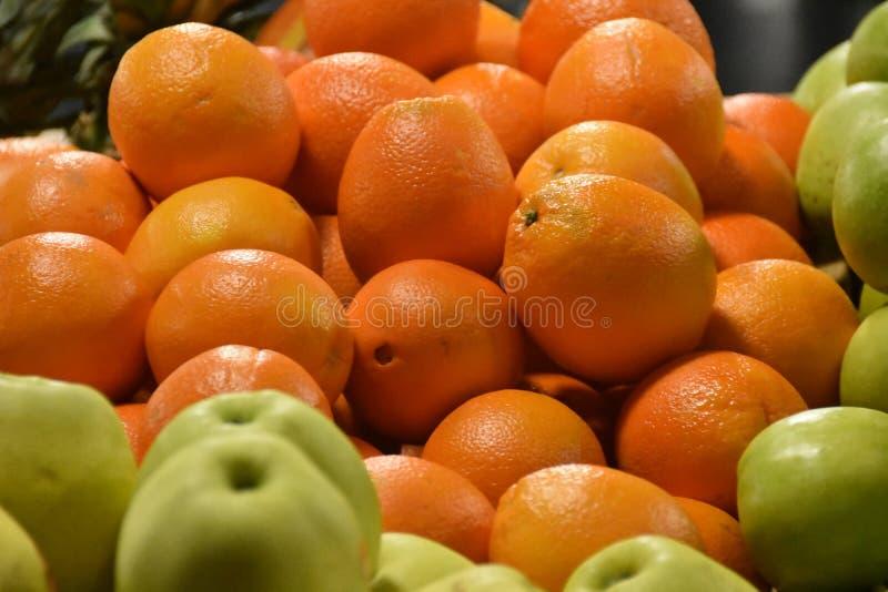 Stäng apelsiner på marknaden Orange tapeter arkivbilder