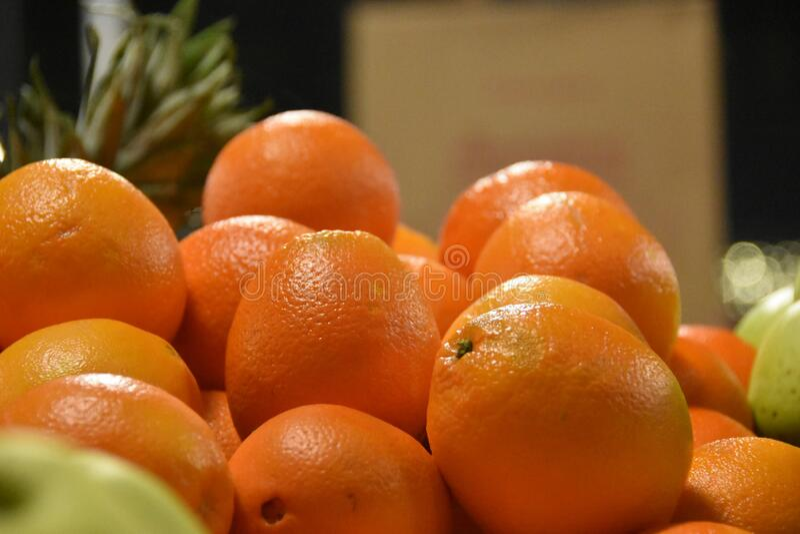 Stäng apelsiner på marknaden Orange tapeter arkivfoton