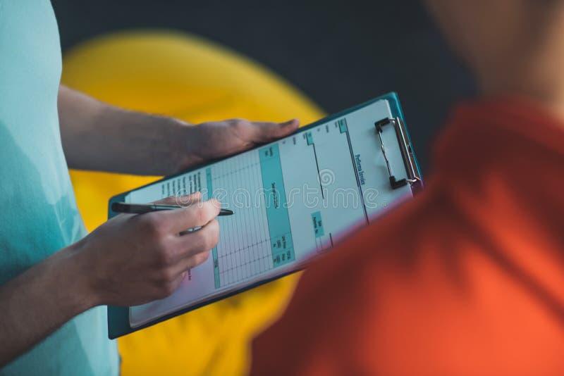 Stäng en faktura som signeras arkivfoton