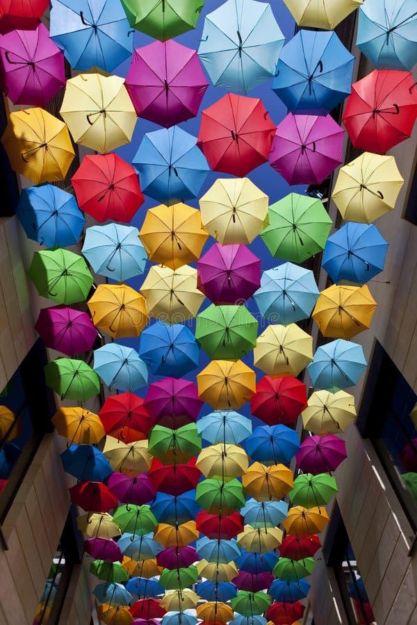 Stäng färgstarka paraplyer royaltyfria bilder