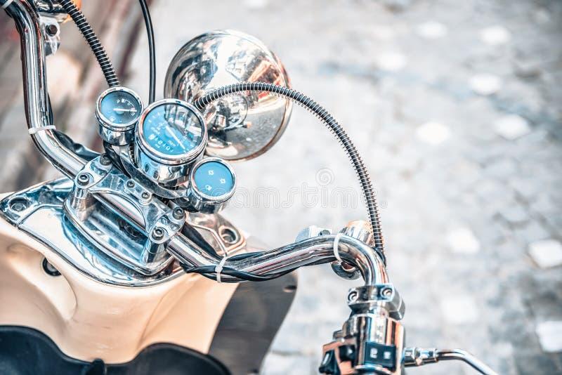 Stäng sig av den klassiska motorcykeln shinny upp styrehastighetsmätaren arkivfoto