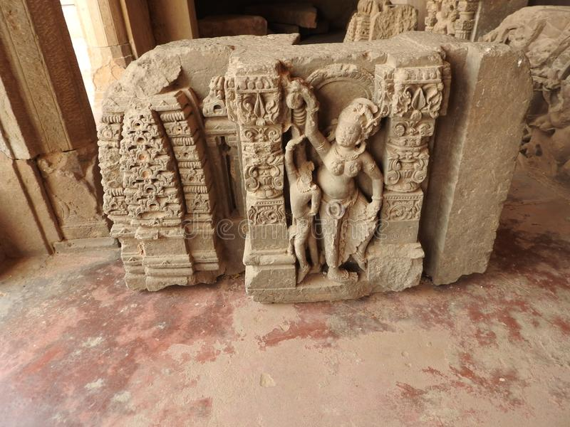 Stäng sig av det trodde 10th århundradet sned upp stenen i den forntida Chand Baori Step brunnen i byn av Abhaneri, Rajasthan royaltyfri fotografi