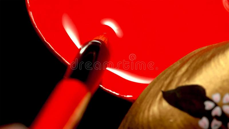 Stäng sig av en kvinna med klassisk japan utgör upp på hennes kanter Geisha med röda kanter royaltyfri bild