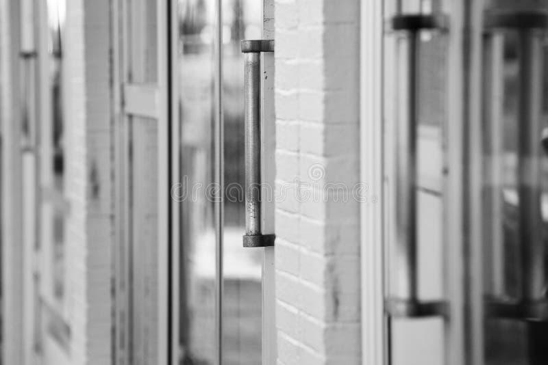 Stäng sig av stads- shoppar upp dörrar arkivbild