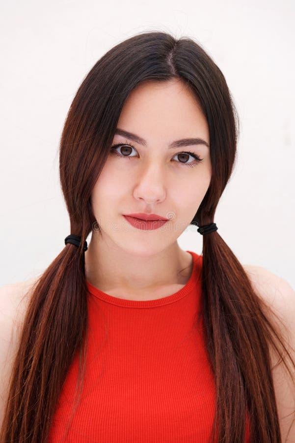 Stäng sig upp allvarlig kvinna med långt stirra för hår arkivbilder