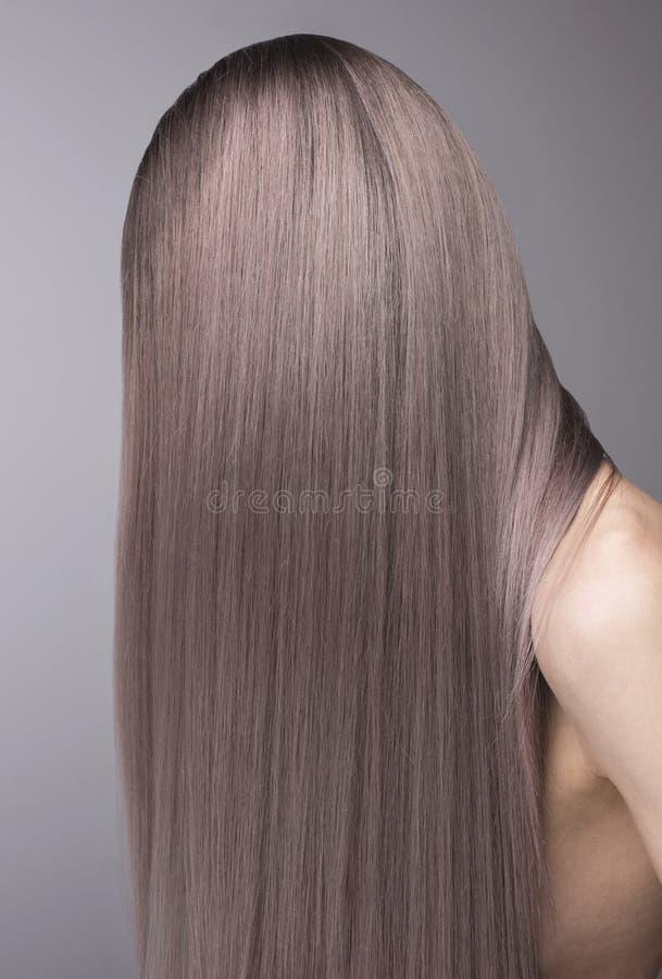 Stäng sig upp anonymt skott av perfekt djupt - purpurfärgat hår fotografering för bildbyråer