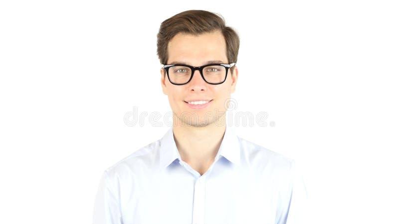 Stäng sig upp att le den unga affärsmannen Wearing Eyeglasses som ser kameran royaltyfri bild