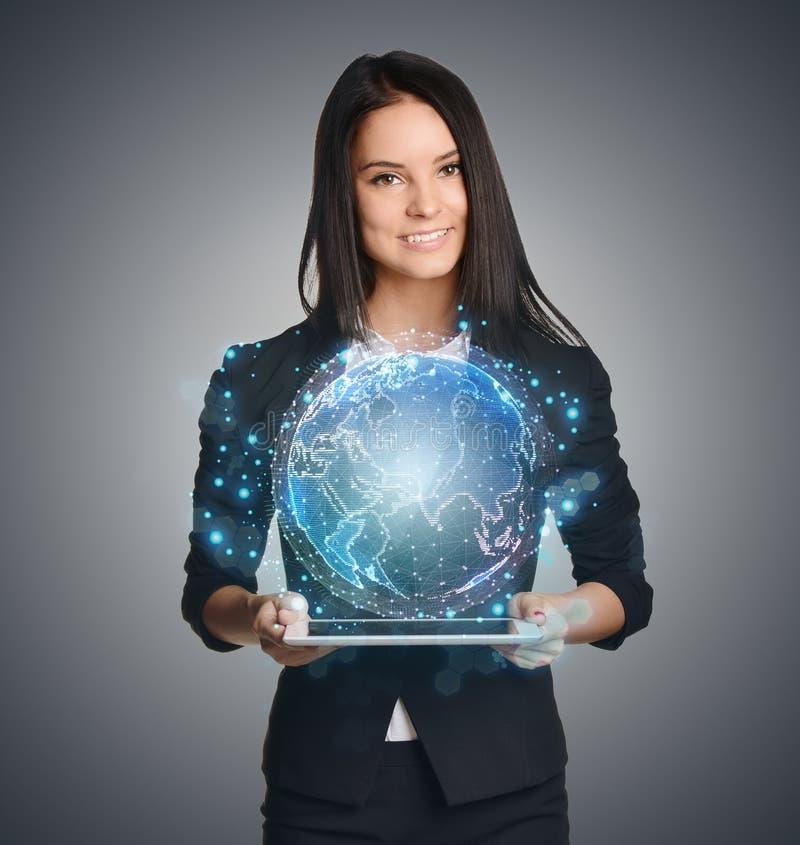 Stäng sig upp av affärskvinnan som rymmer det digitala jordklotet fotografering för bildbyråer