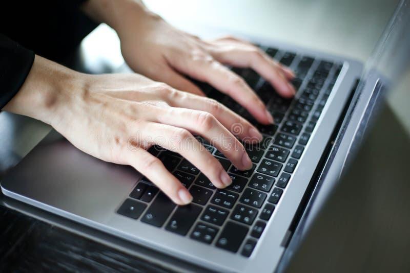 Stäng sig upp av affärskvinnor som arbetar med att skriva på bärbara datorn som är tom på arbetsplatsen Selektiv fokus, affärskvi arkivbilder