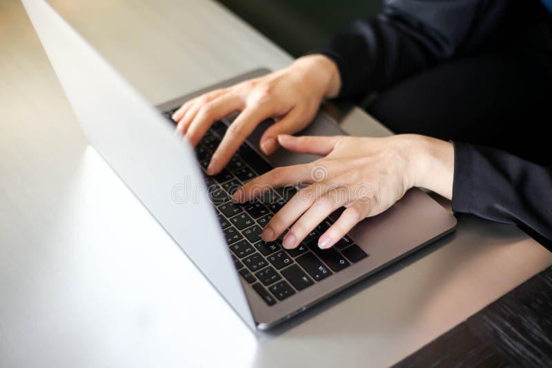 Stäng sig upp av affärskvinnor som arbetar med att skriva på bärbara datorn som är tom på arbetsplatsen Selektiv fokus, affärskvi royaltyfri foto