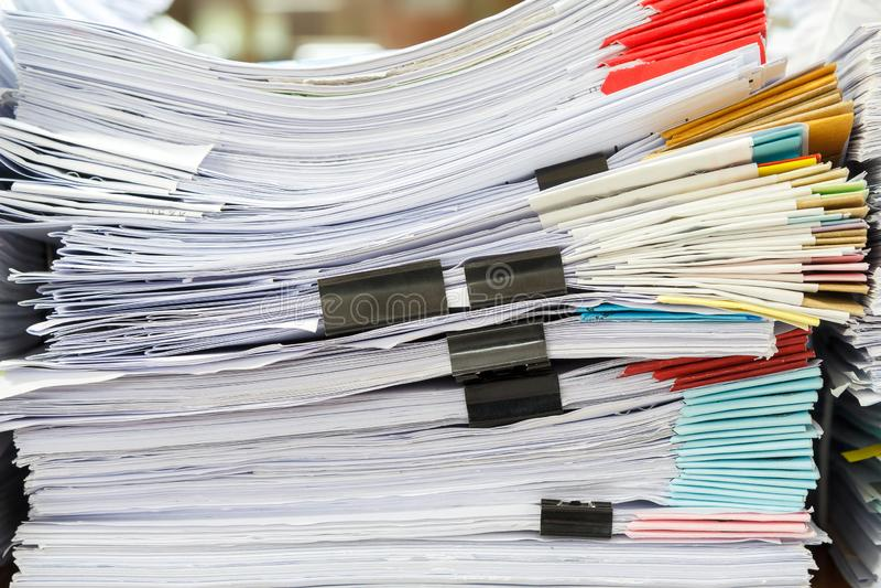 Stäng sig upp av affärslegitimationshandlingarbunt på skrivbordet H?g av oavslutade dokument p? kontorsskrivbordet royaltyfri fotografi