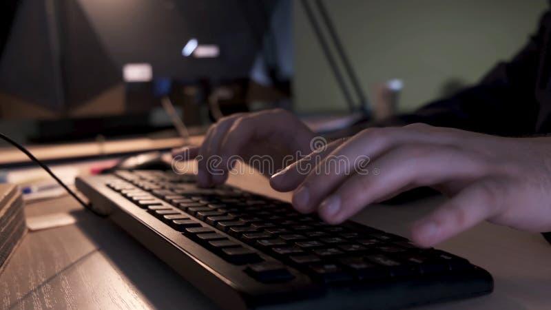 Stäng sig upp av affärsmanhänder som skriver på datortangentbordet som ligger på en trätabell i kontoret, ledningbegrepp royaltyfria foton
