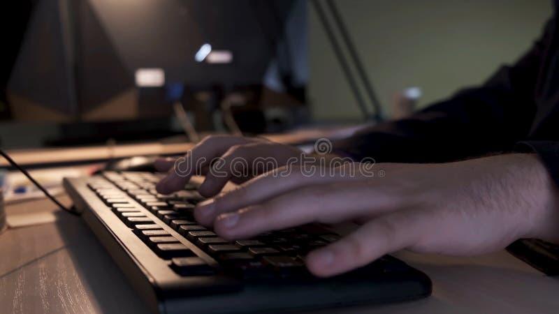 Stäng sig upp av affärsmanhänder som skriver på datortangentbordet som ligger på en trätabell i kontoret, ledningbegrepp fotografering för bildbyråer
