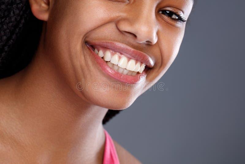 Stäng sig upp av afrikansk flicka med härliga tänder arkivfoton