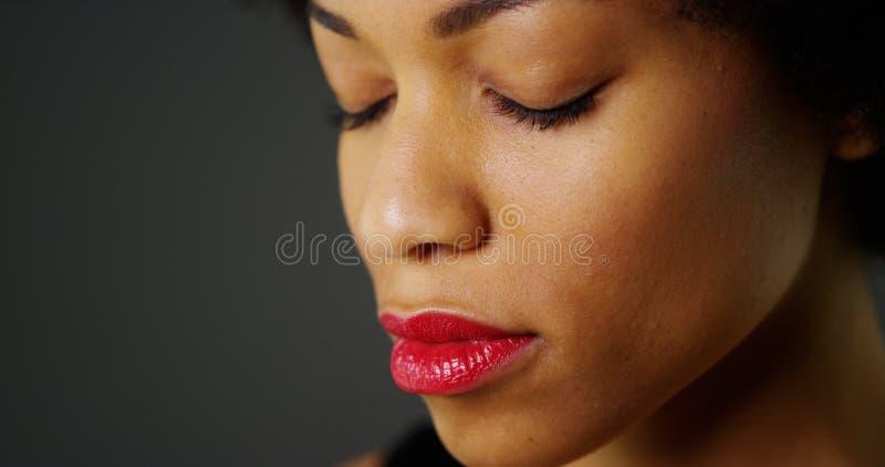 Stäng sig upp av afrikansk kvinna med stängda ögon royaltyfri bild