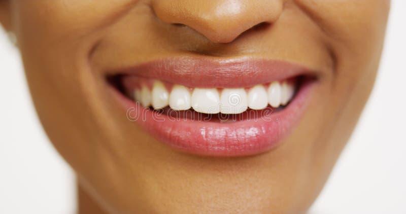 Stäng sig upp av afrikansk kvinna med vitt le för tänder fotografering för bildbyråer