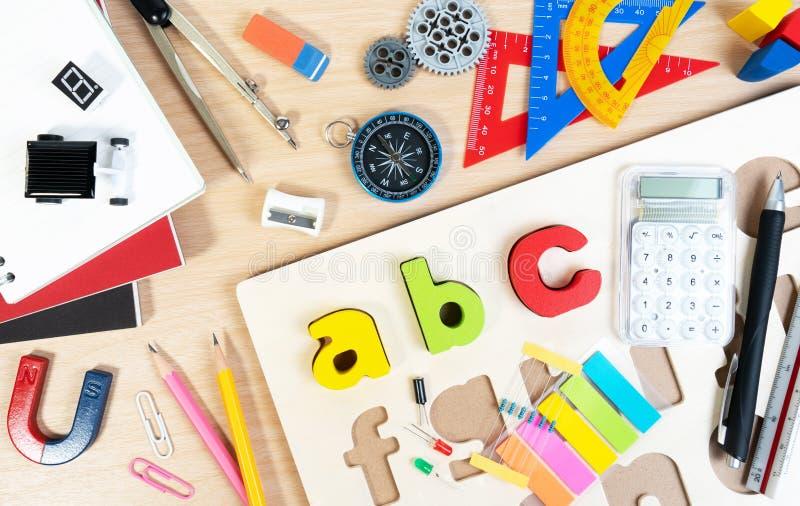 Stäng sig upp av alfabetbrädeleken och grundläggande utrustning för den elementära kvalitetsstudenten för att lära och att spela arkivfoton
