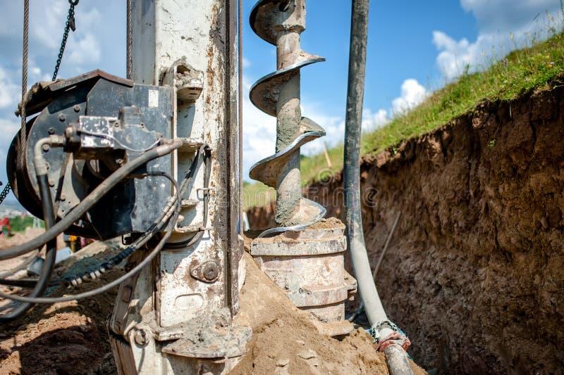 Stäng sig upp av avfallsspiralen, den industriella borranderiggen som gör ett hål arkivbilder
