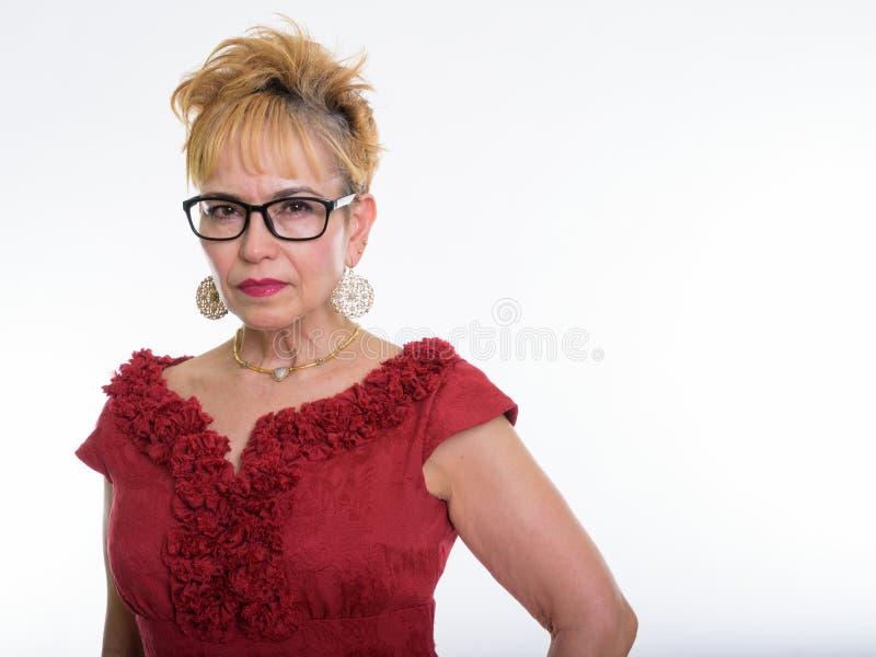 Stäng sig upp av bärande glasögonagains för hög asiatisk affärskvinna royaltyfri fotografi