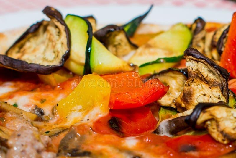 Stäng sig upp av bakad italiensk pizza för grönsaken med sås, aubergine, zucchinin, röd röd peppar, tomat arkivfoton