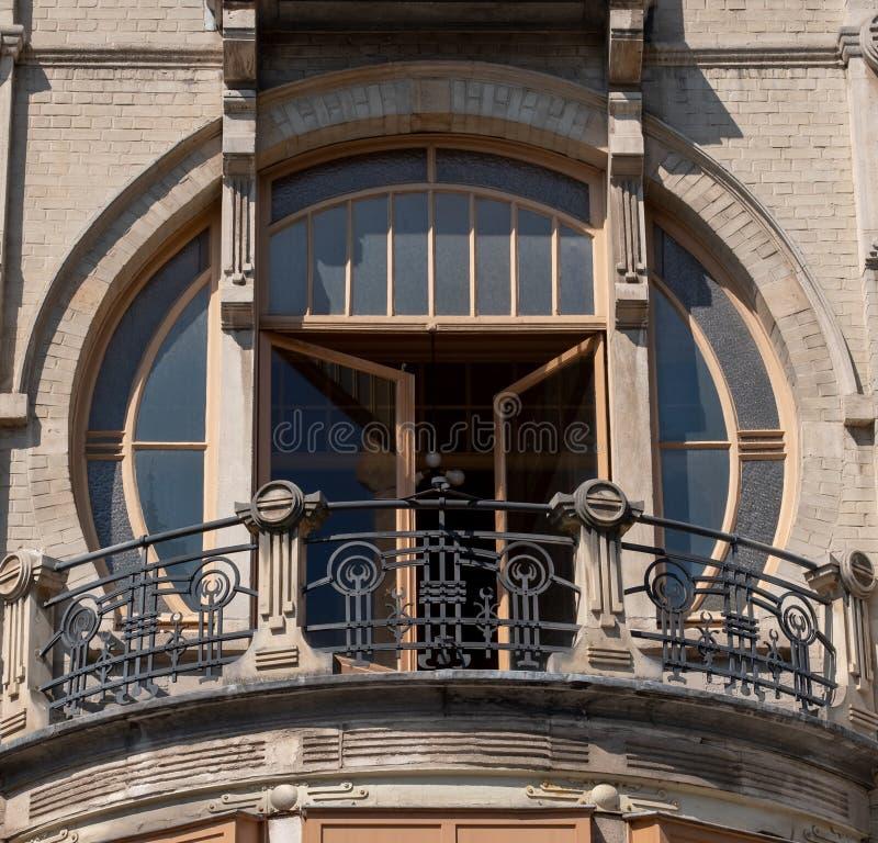 Stäng sig upp av balkong med detaljer på 92 Rue Africaine, Bryssel, Belgien som byggs i typisk Art Nouveau stil av Benjamin De Le arkivbilder