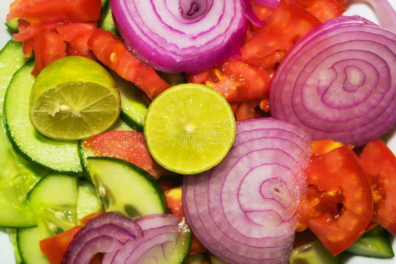 Stäng sig upp av blandad isolerad grönsaksallad arkivfoto
