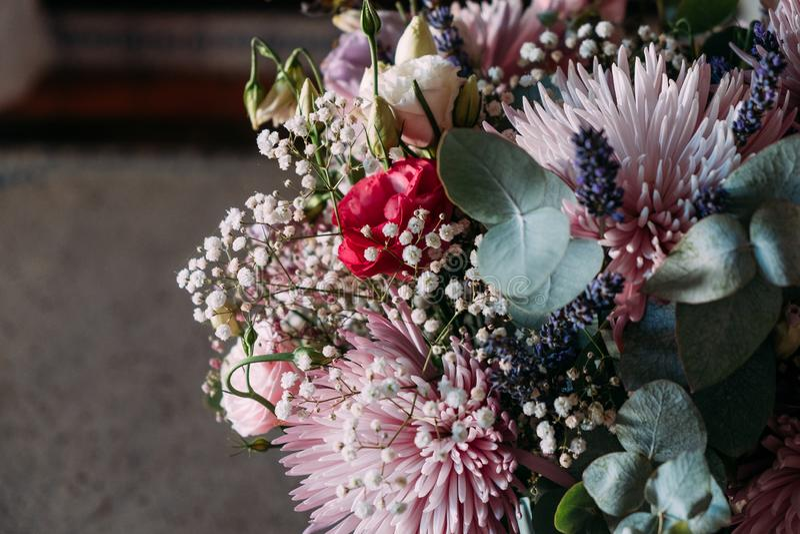 Stäng sig upp av blommabukett inomhus med naturligt ljus och lynnigt lynne arkivfoto