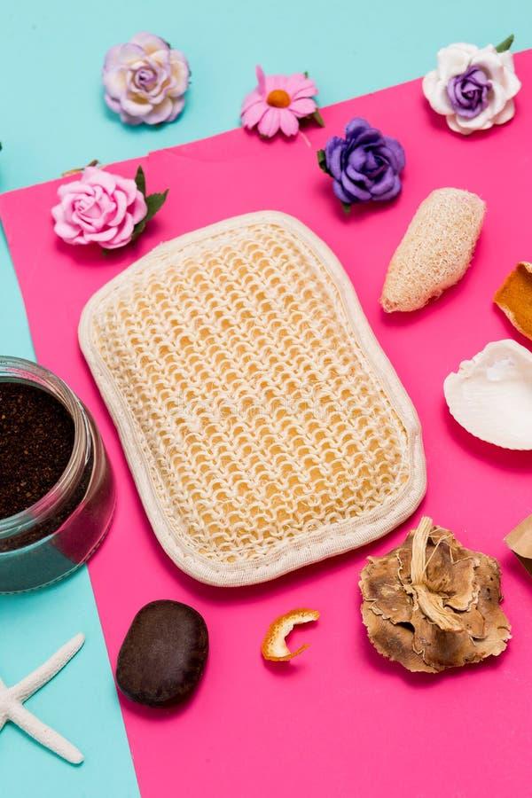 Stäng sig upp av brunnsort- och skönhetskönhetsmedelprodukter på färgrik blått- och rosa färgbakgrund arkivbild