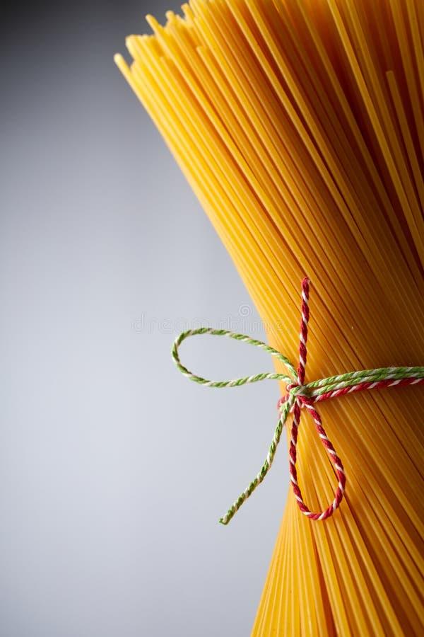 Stäng sig upp av buntad guld- okokt spagetti arkivfoton