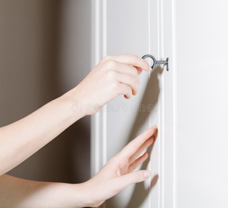 Stäng sig upp av dörröppning med en tangent fotografering för bildbyråer