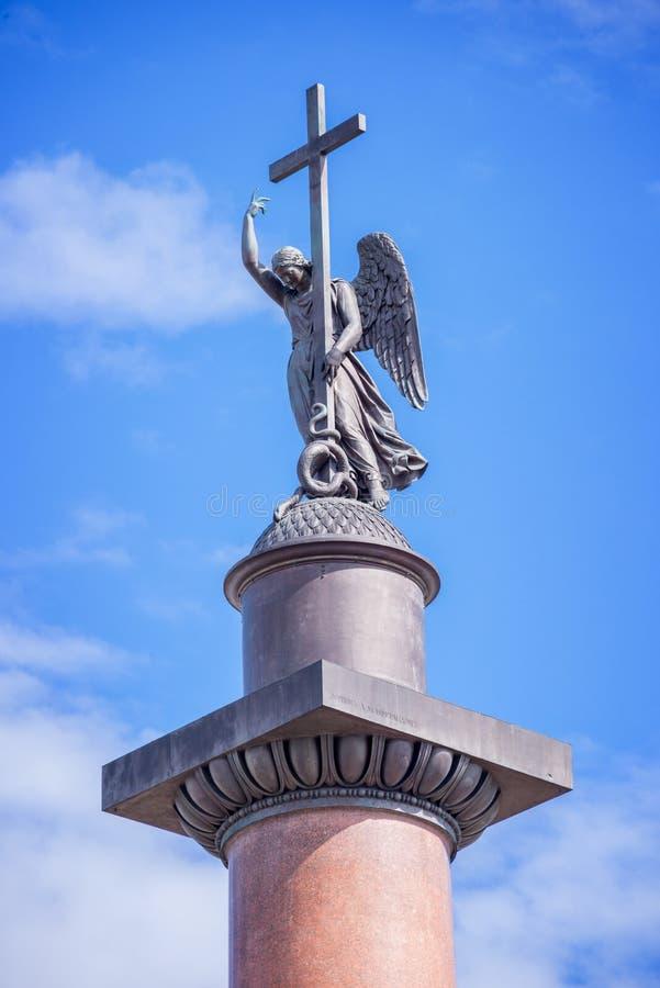 Stäng sig upp av den Alexander kolonnen, i St Petersburg, Ryssland arkivbilder