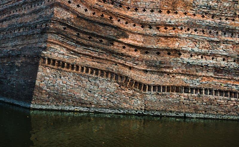 Stäng sig upp av den Chiangmai vallgraven och den vippade på forntida väggen, den Thailand chiangmaien arkivfoto