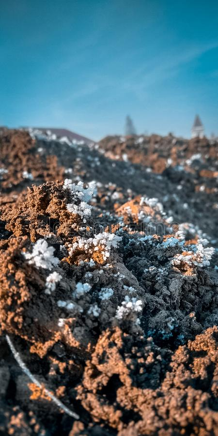 Stäng sig upp av den djupfrysta sandhögen med snö arkivfoto