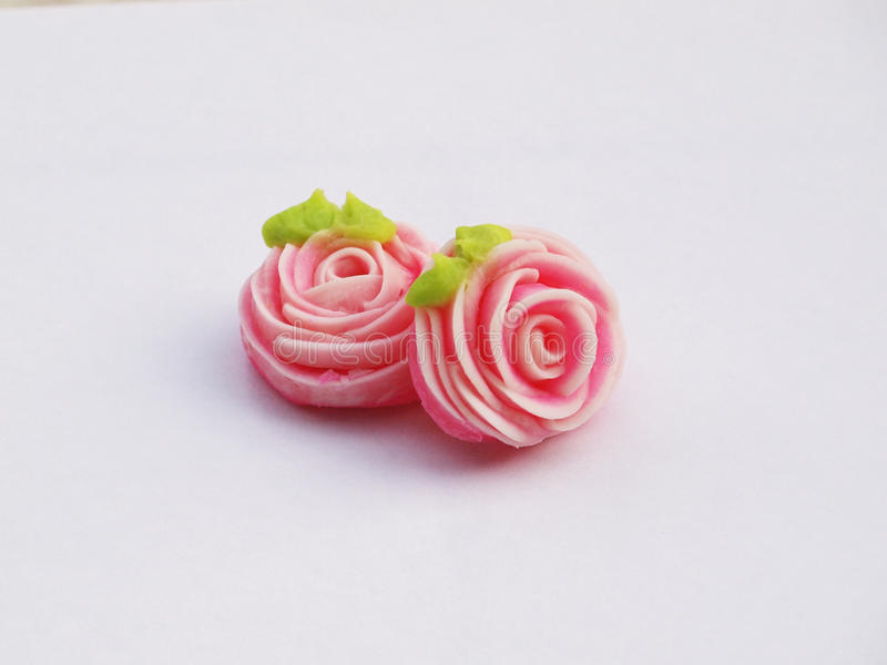 Stäng sig upp av den färgrika godisen med den formade rosen ` A-lua eller thailändsk handgjord godis för tjusning` fotografering för bildbyråer