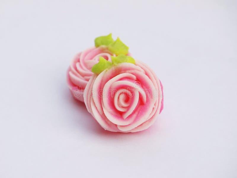 Stäng sig upp av den färgrika godisen med den formade rosen ` A-lua eller thailändsk handgjord godis för tjusning` arkivbilder