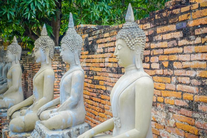 Stäng sig upp av den forntida Buddhastatyn på Wat Yai Chai Mongkol, den historiska staden av Ayutthaya, Thailand arkivfoto