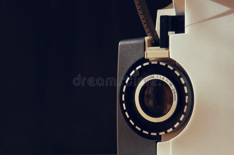 Stäng sig upp av den gamla linsen för den 8mm filmprojektorn arkivfoton