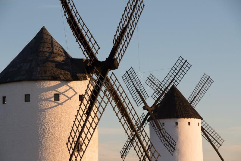 Stäng sig upp av den gamla väderkvarnen i alcazaren de San Juan, rutt av Don Quixote, Spanien arkivfoton