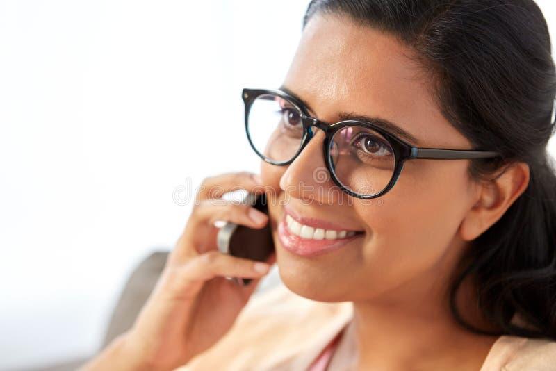 Stäng sig upp av den indiska kvinnan som kallar på smartphonen royaltyfri bild