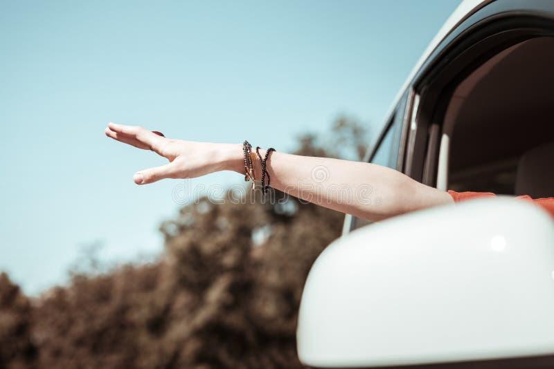 St?ng sig upp av den kvinnliga handen som f?nga luft arkivfoto