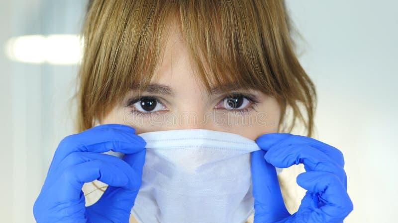Stäng sig upp av den kvinnliga reseachforskaren, bärande maskering för doktor royaltyfri fotografi