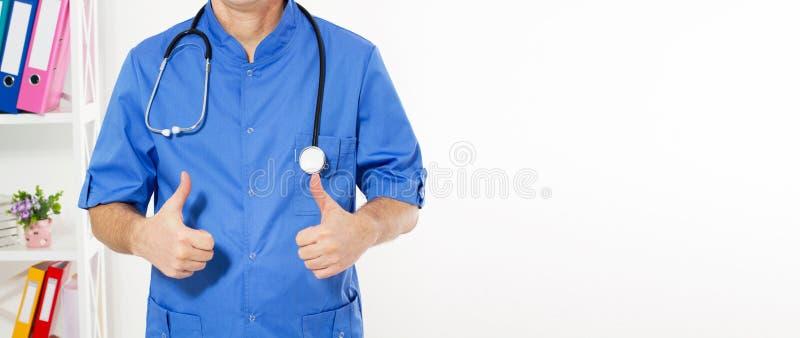 Stäng sig upp av den manliga doktorshanden som visar tummar upp - kantjusterad bild Medicinsk försäkring, kopieringsutrymme royaltyfria foton