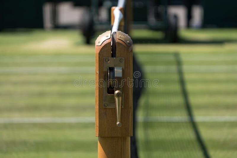 Stäng sig upp av den netto och mekanismen och väl manicured grästennisbanan på Wimbledon som fotograferas under de 2018 mästerska royaltyfri bild