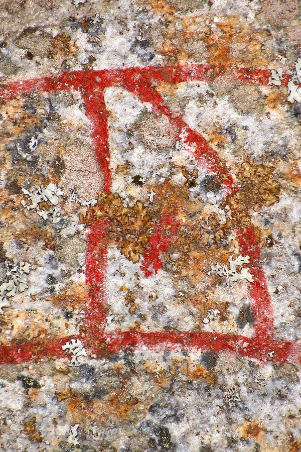 Stäng sig upp av den skandinaviska runan Ur från en forntida runestone arkivfoto